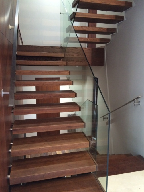 Лестница с несущим каркасом облицована массивом дерева.