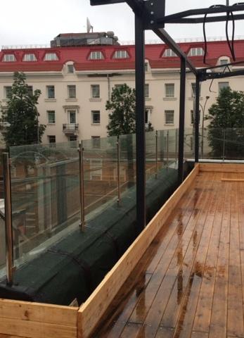 Лестница из стекла со стойками из стали